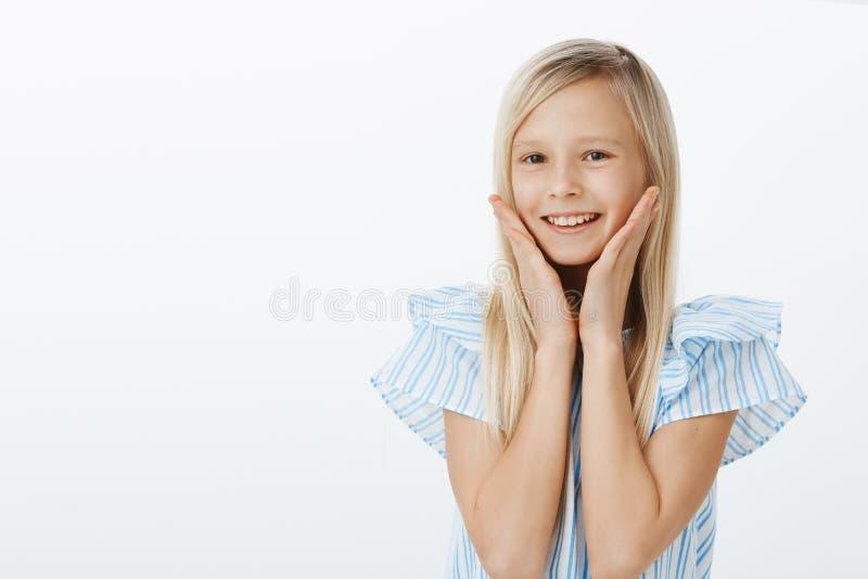 Midja-uppståenden av realiteten behog det förtjusande kvinnliga barnet med blont hår som i huvudsak ler från mottagen komplimang fotografering för bildbyråer