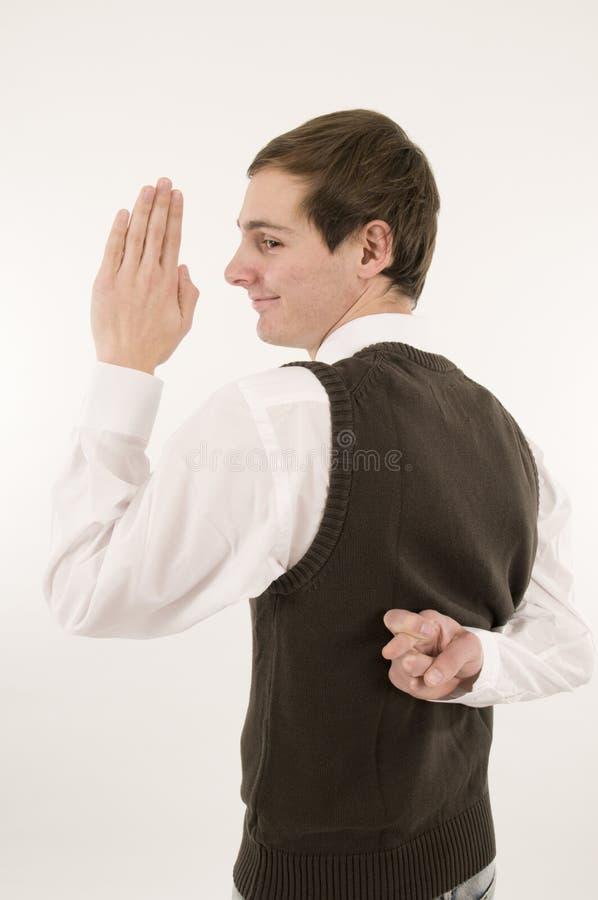 Manen avlägger en ed arga fingrar till hälften tillbaka arkivfoton