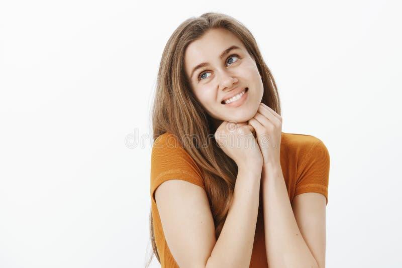 Midjansom skjutas av romantisk drömlik och kvinnlig flickvän med ganska hår och att vippa på huvudet som rymmer räcker nära hakan arkivbilder