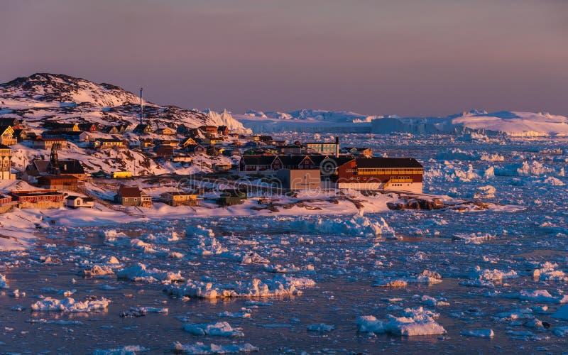 Midnatt sol - Grönland royaltyfria bilder