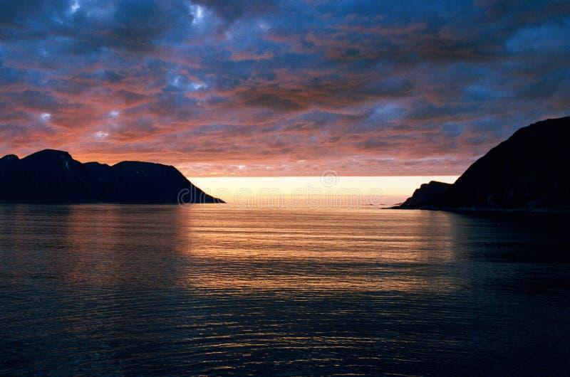 Midnatt sol på de Lofoten öarna arkivfoton