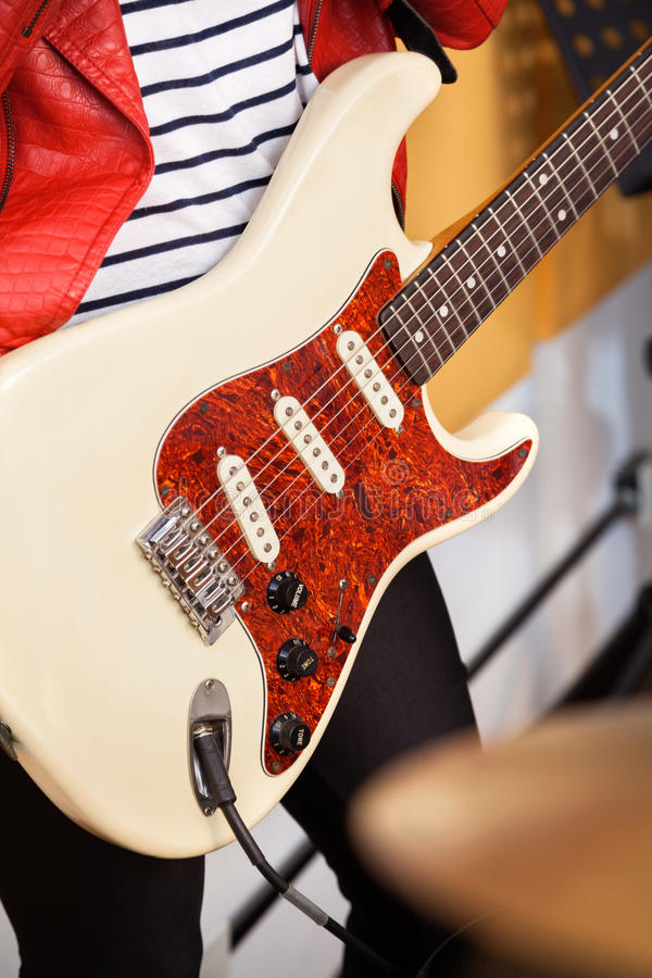 Midsection της γυναίκας με την κιθάρα στοκ εικόνα με δικαίωμα ελεύθερης χρήσης
