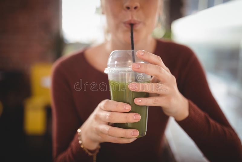 Midsection της κατανάλωσης γυναικών στον καφέ στοκ φωτογραφία