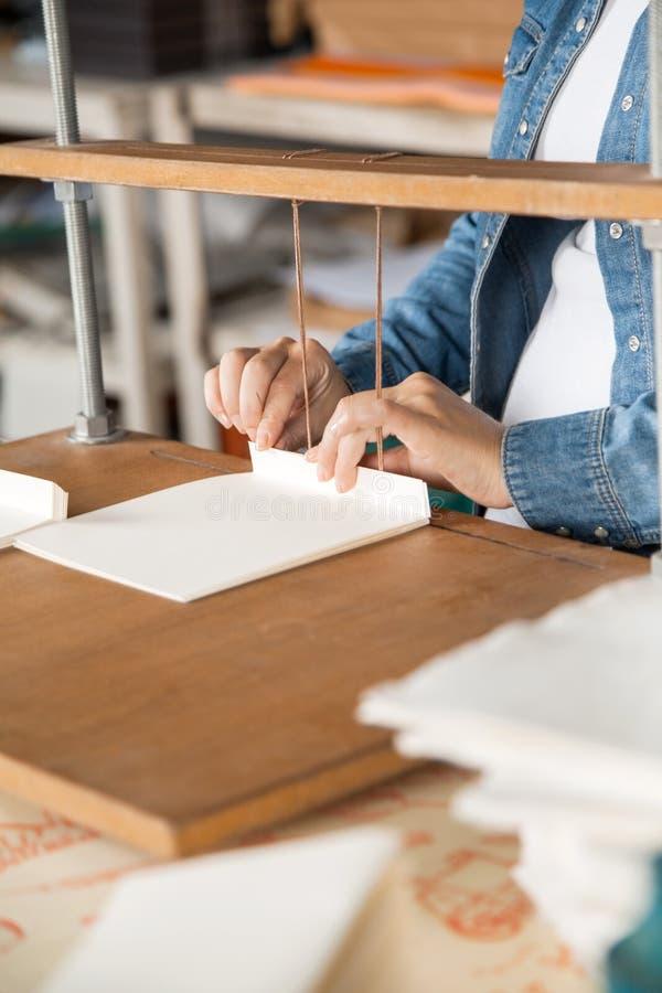 Midsection бумаг работника Binding в фабрике стоковые изображения rf