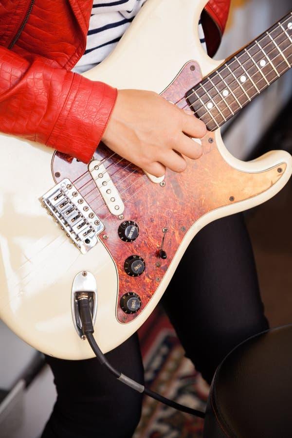 Midsection гитариста выполняя в записи стоковое фото rf