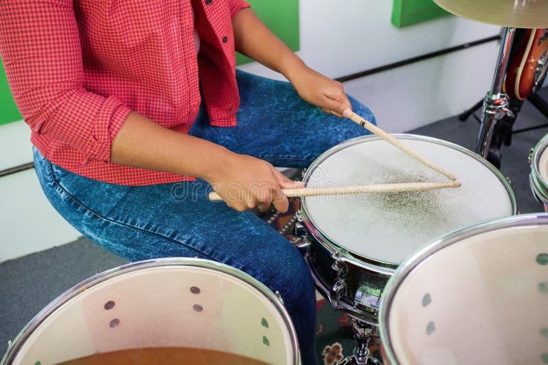 Midsection женский выполнять барабанщика стоковое изображение rf