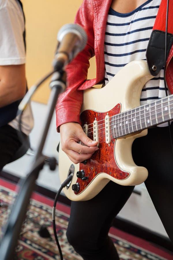 Midsection женского подписывающего лица играя гитару стоковая фотография rf