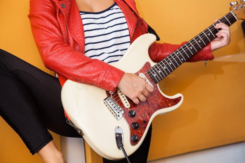 Midsection женского совершителя играя гитару стоковые изображения rf