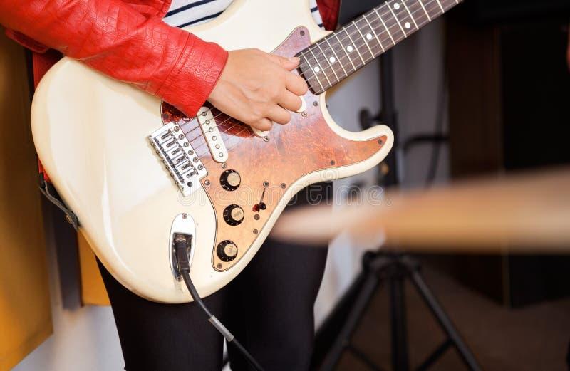 Midsection женщины играя гитару стоковая фотография