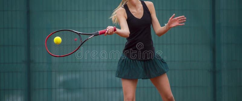 Midsection женщины играя теннис в суде стоковые изображения