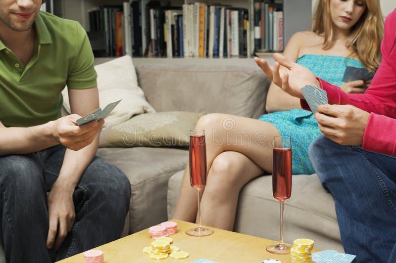 Midsection карточек друзей играя стоковая фотография rf