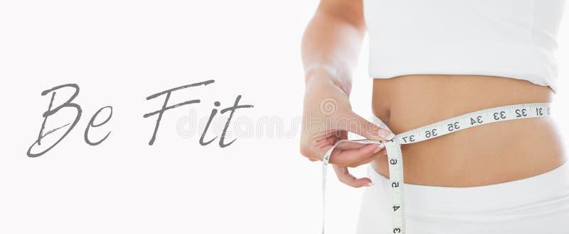 Midsection крупного плана талии женщины измеряя стоковое изображение rf