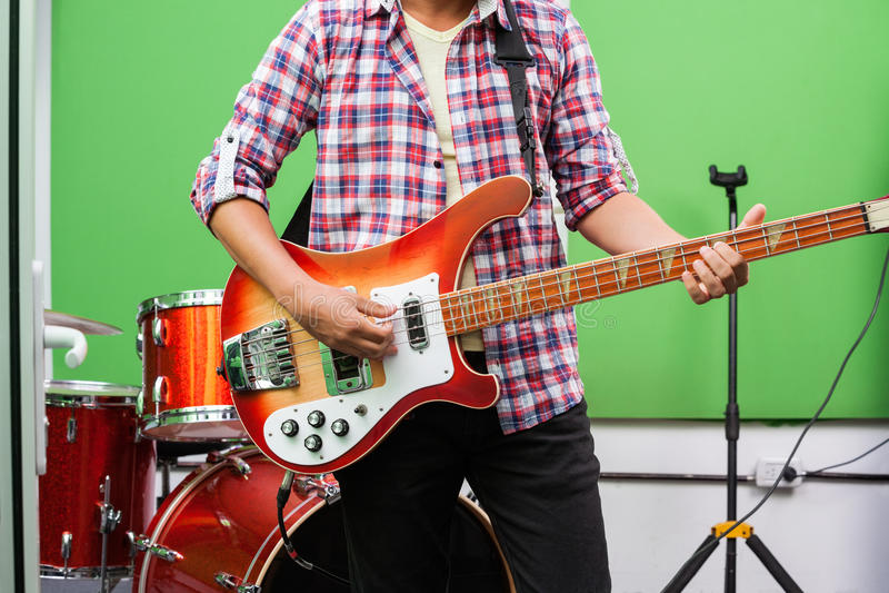 Midsection профессиональной играя гитары стоковые изображения rf
