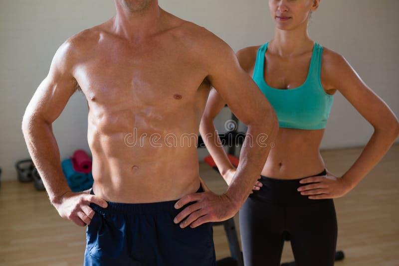 Midsection спортсменов пригонки стоя на фитнес-клубе стоковая фотография rf