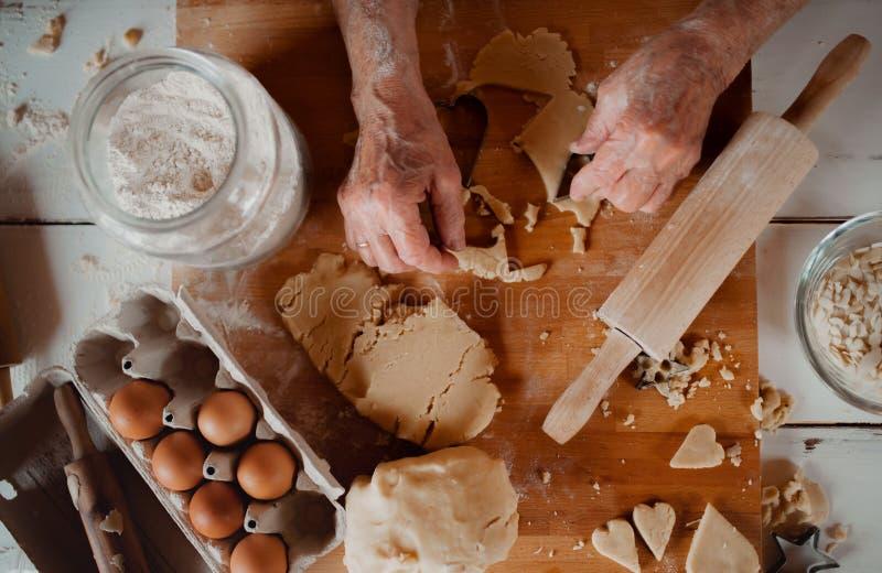 Midsection старухи делая торты в кухне дома Взгляд сверху стоковые фотографии rf