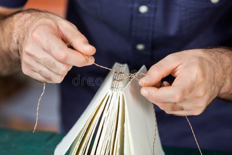 Midsection страниц мужского работника Binding стоковое фото rf