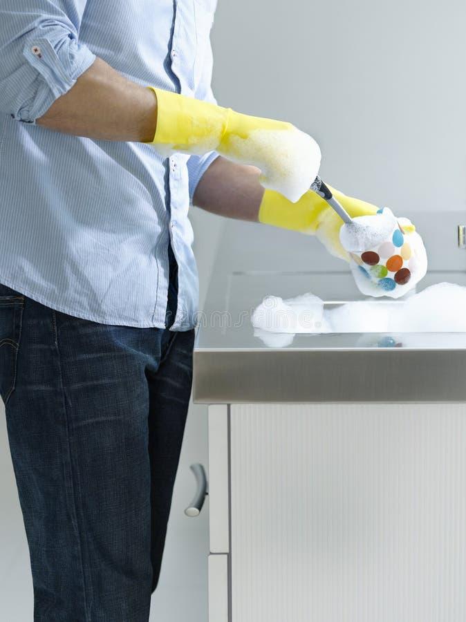Midsection человека делая моя вверх на кухонной раковине стоковое изображение rf