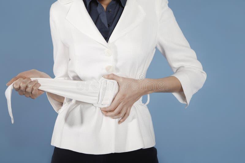 Midsection av affärskvinnan Adjusting Belt arkivfoton