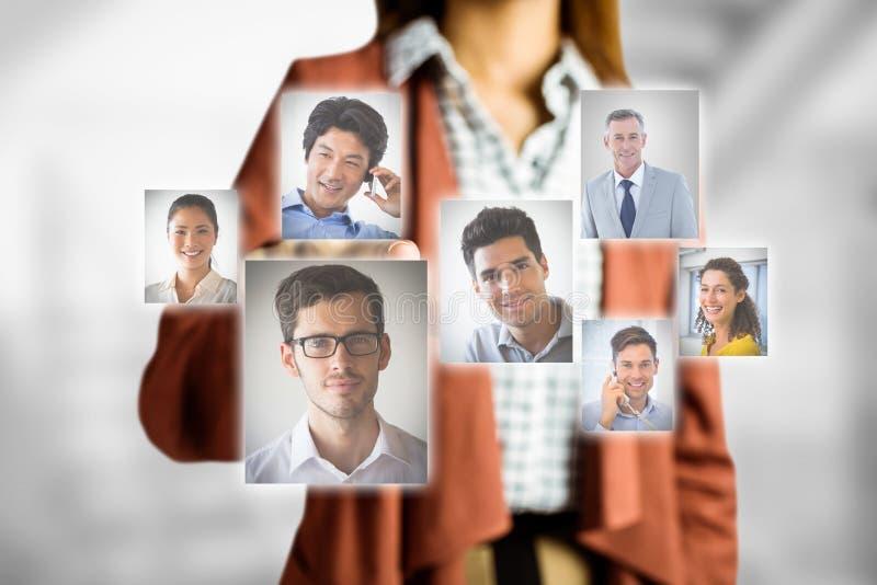 Midsection av affärskvinnan som väljer kandidater arkivbilder