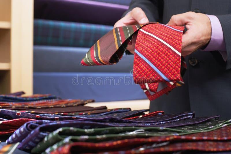 Midsection av affärsmannen Selecting Ties royaltyfri foto