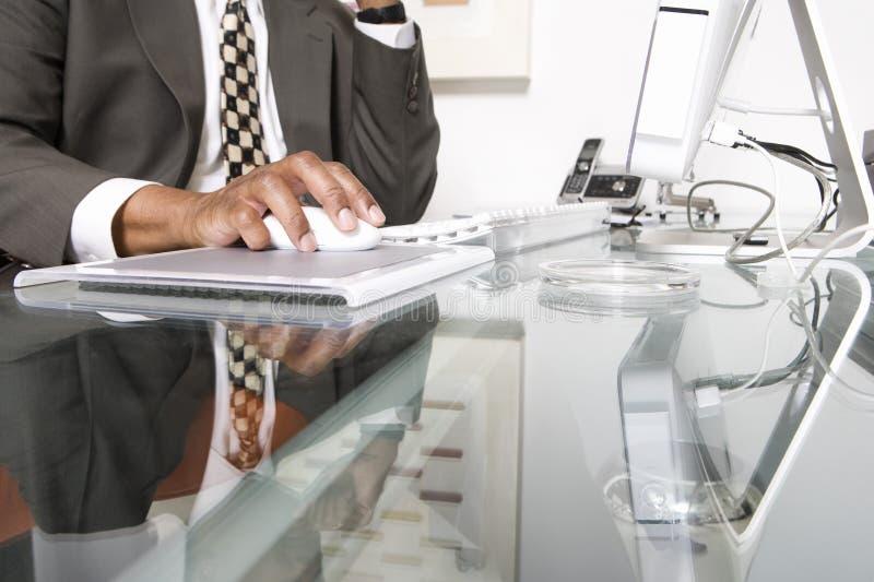 Midsection av affärsmannen Using Computer fotografering för bildbyråer