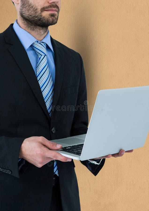Midsection av den hållande bärbara datorn för affärsman fotografering för bildbyråer