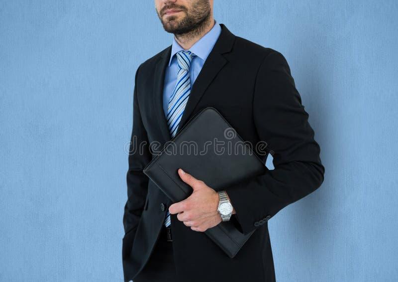 Midsection av den hållande mappen för affärsman mot blå bakgrund stock illustrationer
