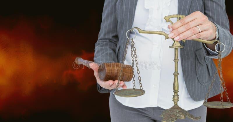 Midsection av den lagvåg och hammaren för domare hållande royaltyfri bild