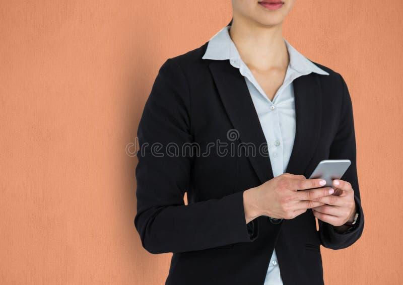 Midsection av den smarta telefonen för affärskvinnainnehav royaltyfri fotografi