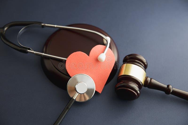 Midsection av domareklockas slagklubban med stetoskopet på skrivbordet i rättssal fotografering för bildbyråer