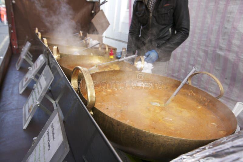 Midsection av en ung man som lagar mat thailändsk mat på gatastallen royaltyfria bilder