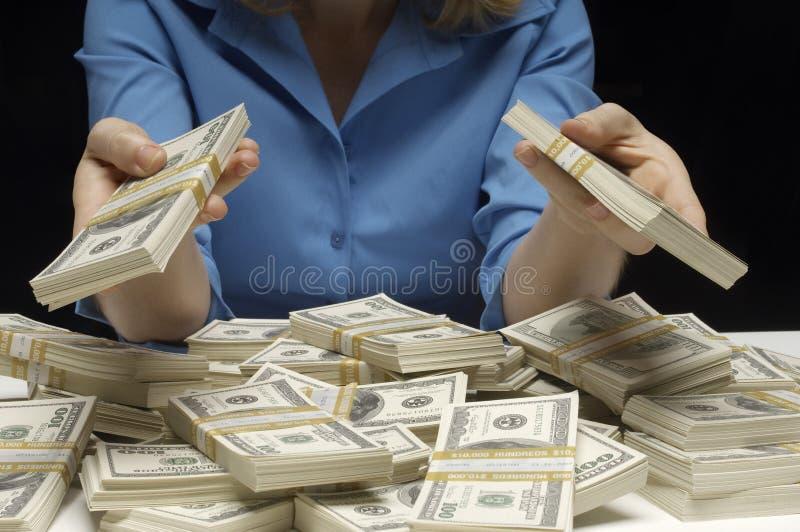 Midsection av hållande dollar för en kvinna fotografering för bildbyråer