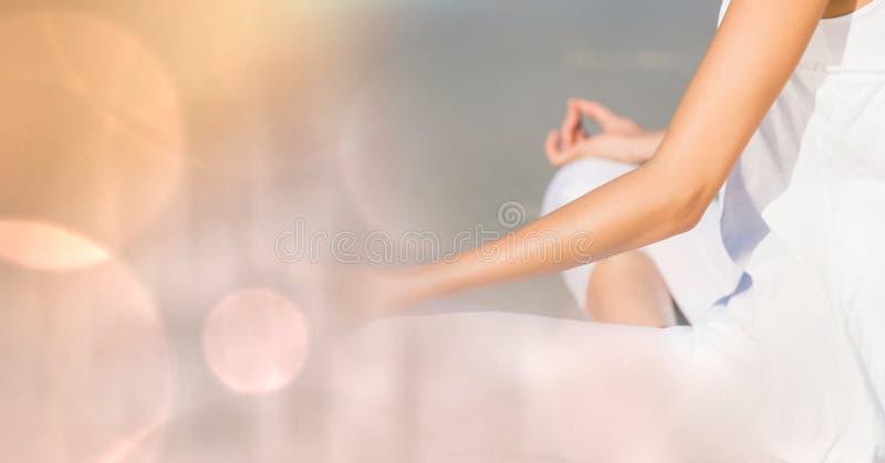 Midsection av kvinnan som mediterar på stranden arkivfoto