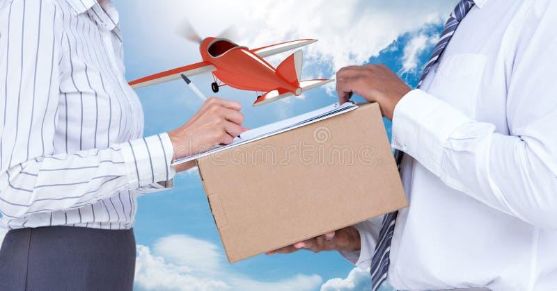 Midsection av leveransmannen som tar tecknet av kvinnan, medan leverera jordlotten med flygplanet i bakgrund royaltyfria foton
