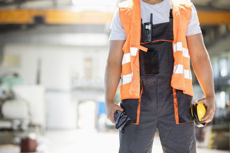 Download Midsection Av Unga örabeskyddanden Och Handskar För Manuell Arbetare Hållande I Metallbransch Fotografering för Bildbyråer - Bild av fabrik, inomhus: 78727255