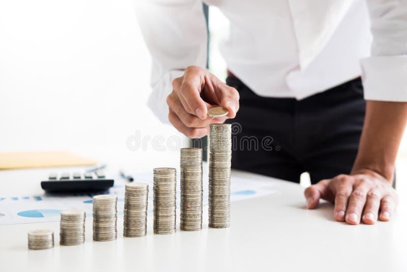 Midsection biznesmen ręka stawia sztaplowanie monety na przy Increasi obrazy royalty free