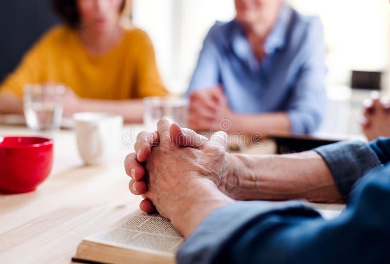 Midsection de la gente mayor en grupo de la lectura de la biblia en club del centro de la comunidad fotografía de archivo libre de regalías