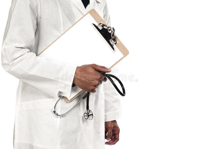 Midsection de un doctor que sostiene el estetoscopio y el tablero imagen de archivo