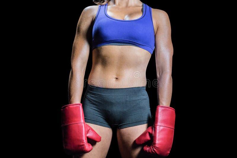 Midsection del boxeador de sexo femenino con los guantes foto de archivo libre de regalías