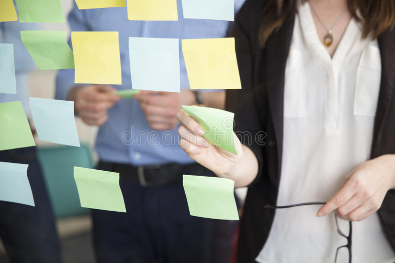 Midsection del dirigente facente una pausa di Sticking Note While della donna di affari fotografie stock libere da diritti