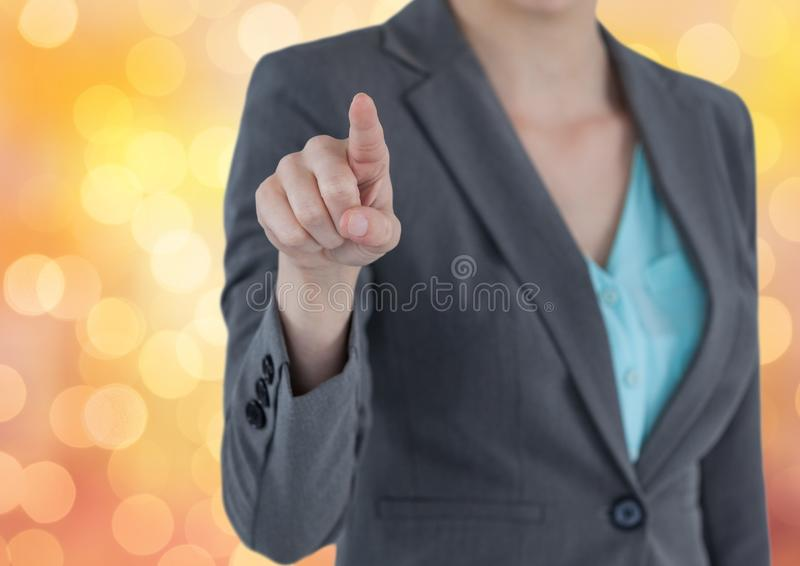 Midsection del dirigente femminile che tocca sopra il bokeh immagini stock libere da diritti