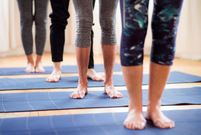 Midsection del grupo de gente mayor que hace ejercicio en club del centro de la comunidad foto de archivo