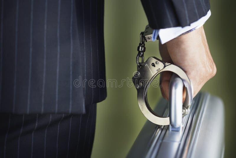Midsection del hombre de negocios Handcuffed To Briefcase foto de archivo libre de regalías