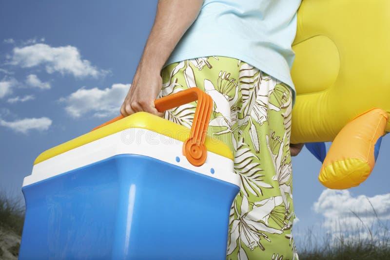 Midsection dell'uomo con Toy And Coolbox gonfiabile fotografia stock libera da diritti