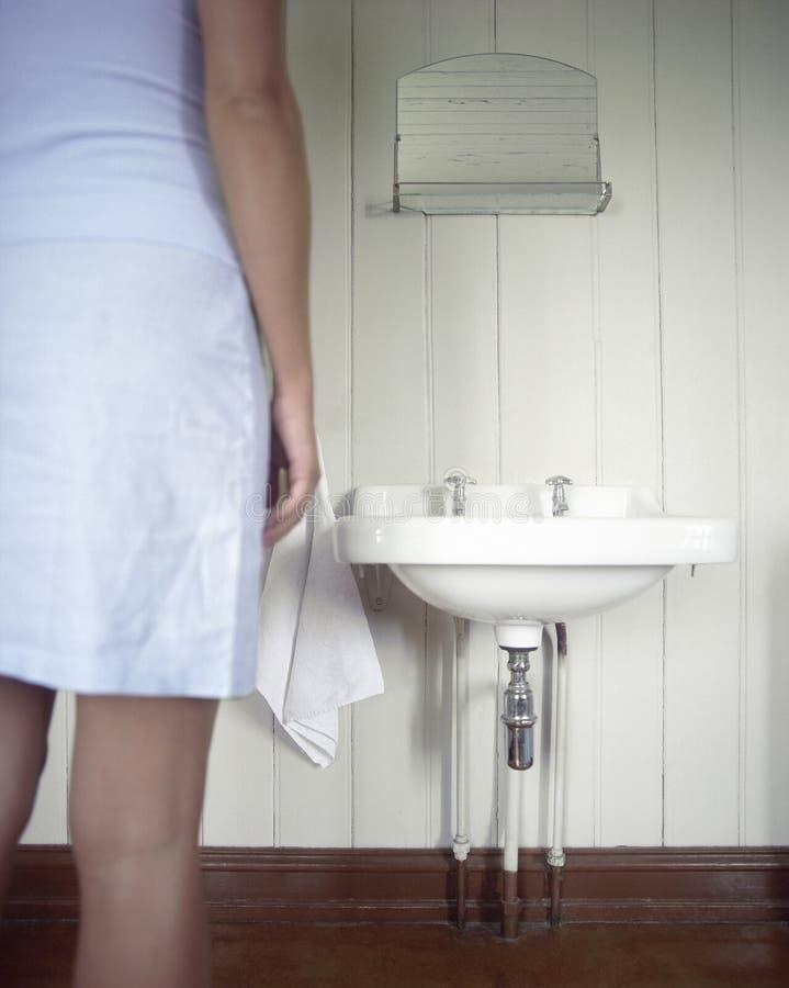Midsection della donna che sta nel bagno immagine stock libera da diritti