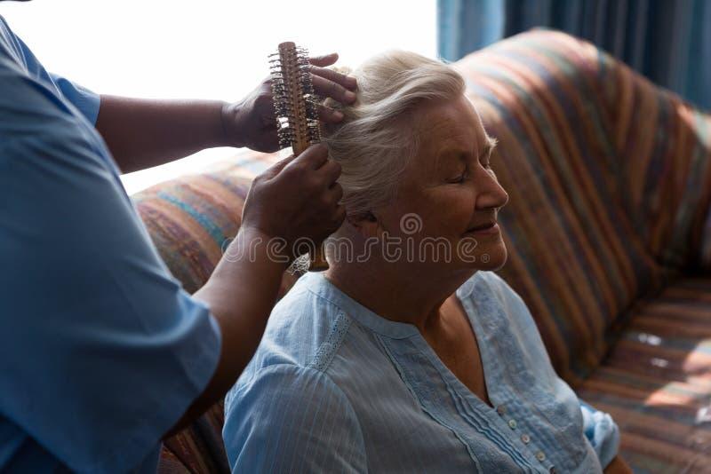 Midsection doktorski zgrzywiony włosy żeński pacjent zdjęcie stock