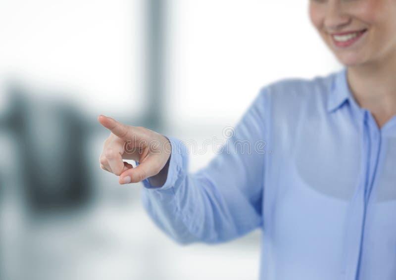 Midsection dotyka imaginacyjnego ekran uśmiechnięty bizneswoman obraz royalty free