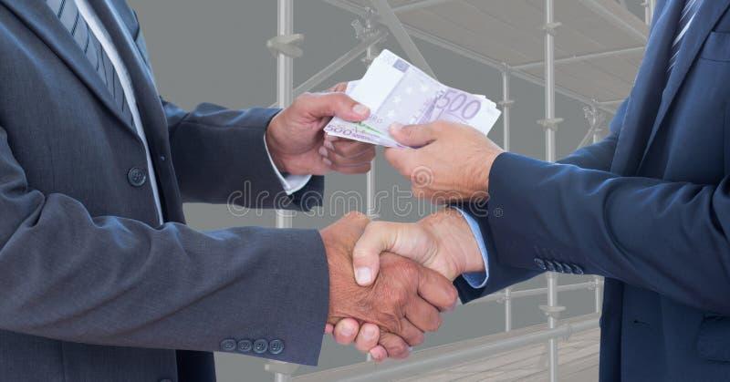 Midsection ludzie biznesu trząść ręki podczas gdy przechodzący pieniądze fotografia stock