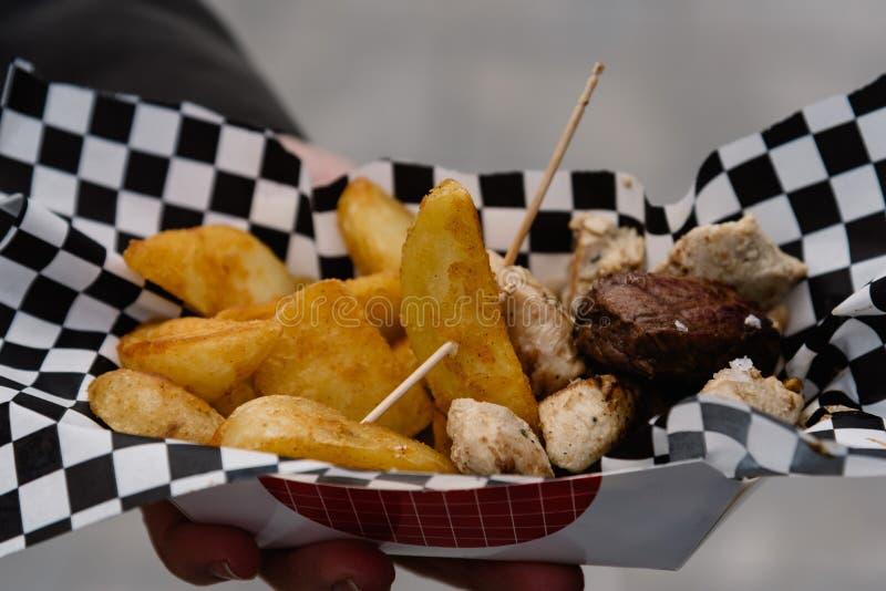 Midsection mężczyzna mienia Uliczny jedzenie z mięsa i francuza dłoniakami obrazy royalty free