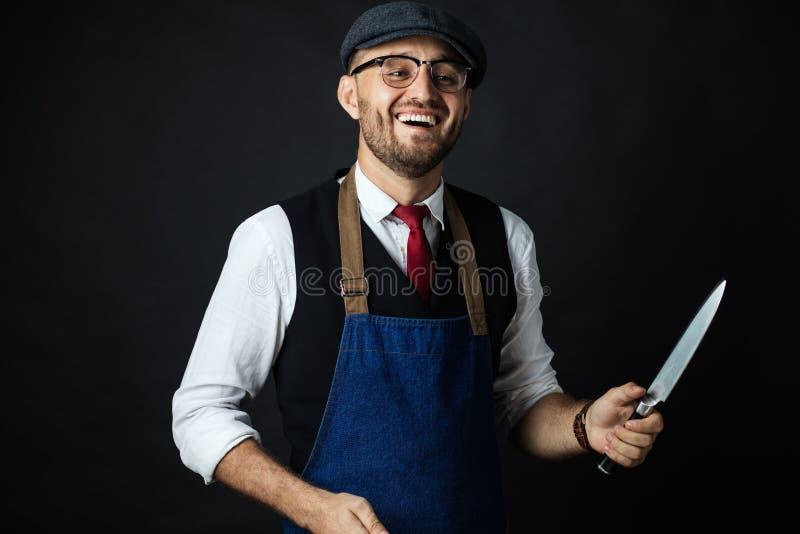 Midsection Męski szefa kuchni ostrzenia nóż W Handlowej kuchni fotografia royalty free
